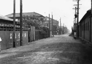 未舗装の道路に工場が立ち並ぶ昭和30年代の高井田西3丁目=公泉インキ製造提供