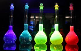 有機ELパネルは発光材料に電圧をかけて映像を映し出す
