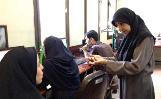 テヘランのシャリフ工科大学で教え子たちに助言するショホーレ・キャサイ教授(右端)