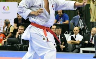 空手男子の形で金メダルを獲得した喜友名諒の準決勝の演武(25日、ウロツワフ)=共同