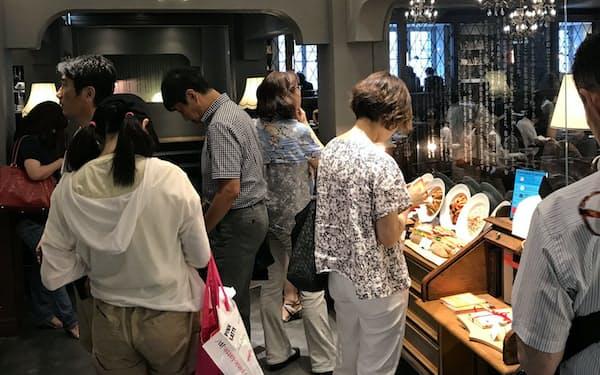 6月末に開業した「梟書茶房」では約3000冊の本をそろえる(同店入り口で順番を待つお客)