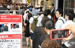 「ニンテンドースイッチ」の抽選販売に並ぶ人たち(22日、大阪市中央区のビックカメラなんば店)