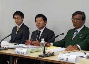 27日、東京地裁の判決を受けて都内で記者会見するマネーフォワードの辻社長(中)