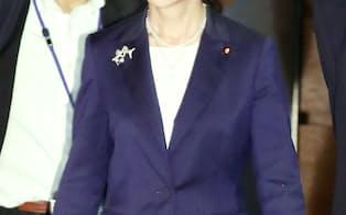 首相官邸を出る稲田防衛相(27日午後)
