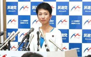 記者会見で辞意を表明する民進党の蓮舫代表(27日午後、国会内)