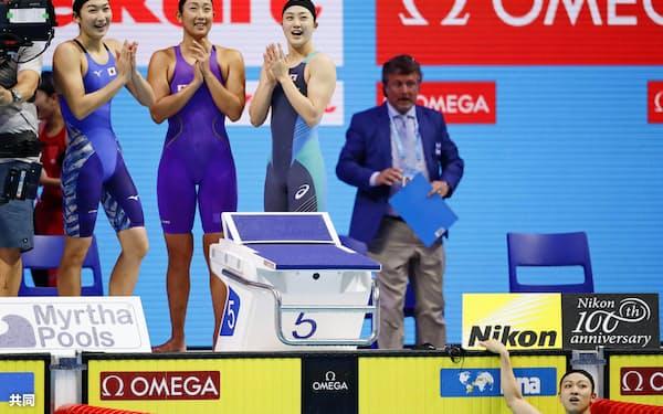 女子800メートルリレーで5位に入り笑顔の(左から)池江、五十嵐、青木智。右下はアンカーの高野(27日、ブダペスト)=共同