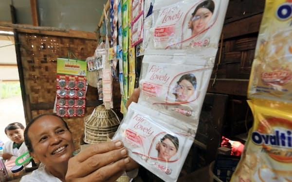 ユニリーバのスキンケア商品を売る農村部の雑貨屋(ミャンマー中部のマンダレー管区)