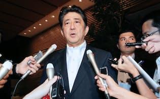 記者の質問に答える安倍首相(29日未明、首相官邸)