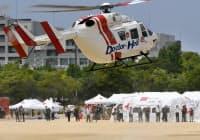 南海トラフ巨大地震の想定訓練で野外病院に着陸するドクターヘリ(7月29日、大阪府岸和田市)