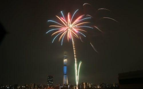 夏の夜空を彩る隅田川の花火と東京スカイツリー(29日午後、東京都台東区)