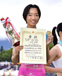 女子400メートルで優勝し、賞状を手に笑顔の東大阪大敬愛・川田朱夏(29日、NDソフトスタジアム山形)=共同