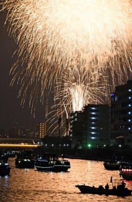 東京・隅田川を照らす花火(29日夜)=共同
