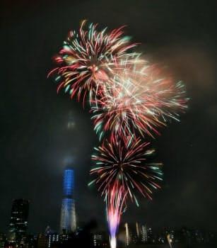 夜空を彩る隅田川の花火と東京スカイツリー(29日、東京都台東区)