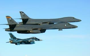30日午前、九州周辺の上空で米空軍機と共同訓練を行う航空自衛隊のF2戦闘機(下)=共同、航空自衛隊提供