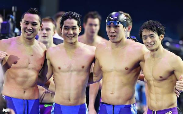 男子400メートルメドレーリレーで日本新をマークして4位となり、記念写真に納まる(右から)入江、小関、小堀、塩浦(30日、ブダペスト)=共同