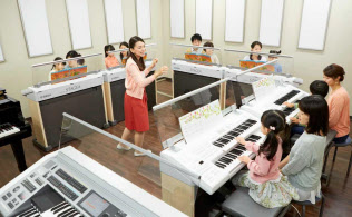著作権料の徴収に音楽教室側は反対している(ヤマハ音楽振興会のレッスン風景)