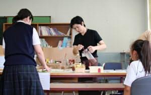 大阪府立長吉高校内にあるカフェで飲み物を頼む生徒ら(大阪市平野区)