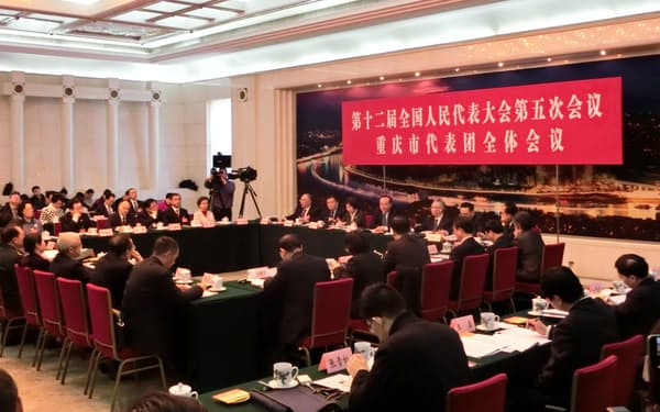17年3月に開かれた全人代の重慶市代表団会議。王鴻挙元市長は失脚した孫政才氏と並んで座り、存在感を発揮していた