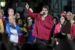 7月30日夜、支持者らを前に演説するベネズエラのマドゥロ大統領(中央)=ロイター