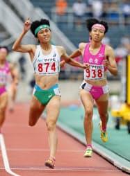 女子800メートル決勝 2分2秒57の高校新記録で優勝した京都文教・塩見綾乃(左)と2分2秒74で2位の東大阪大敬愛・川田朱夏(1日、NDソフトスタジアム山形)=共同