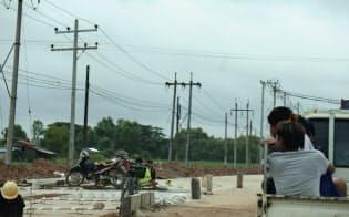 ミャンマーの産業発展に電力は欠かせないが……(ティラワ工業団地近くの送電線)