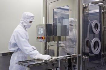 「遺伝子・細胞プロセッシングセンター」の細胞加工ラインはフル稼働だ(滋賀県草津市)