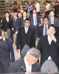 外相に就いた河野太郎氏(中)ら=3日、首相官邸