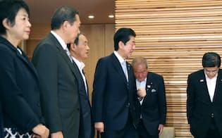 閣議に臨む安倍首相(4日午前、首相官邸)