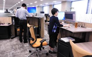 岡村製作所の昇降式デスク「スイフト」を使うと立ったまま仕事ができる