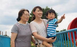 青森市の今有紀さん(中)は休日に次男、実母と公園へ。「子どもの遊び場が多いのも青森の魅力」