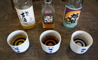 藤居本家の古酒は琥珀(こはく)色に色づく(旭日秘蔵二十年古酒=左=と同七年古酒=中=、右は通常の「旭日」)