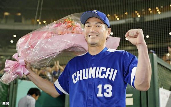 巨人戦の9回に登板し、プロ野球最多登板記録949試合に並んだ中日の岩瀬仁紀投手。花束を手に笑顔を見せた(4日、東京ドーム)=共同