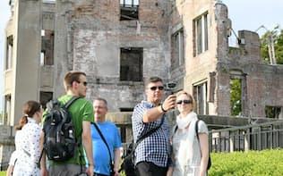 原爆ドームを訪れた外国人観光客(5日、広島市)