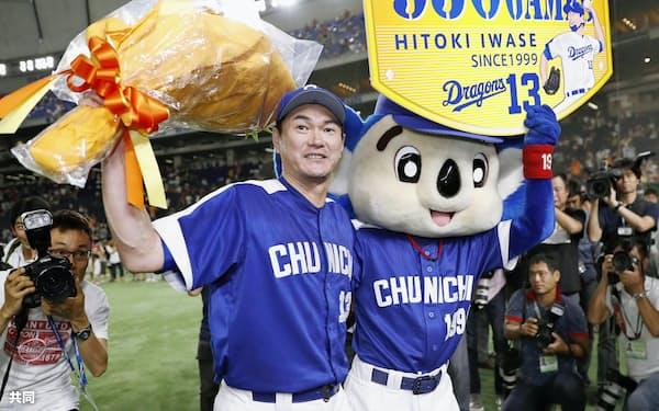 プロ野球最多記録の通算950試合登板を達成し、花束を掲げる中日の岩瀬仁紀投手(6日、東京ドーム)=共同