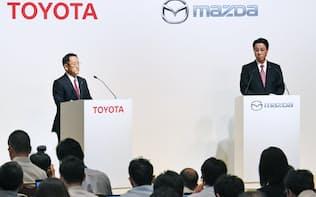 記者会見するトヨタ自動車の豊田社長(左)とマツダの小飼社長(4日、東京都中央区)