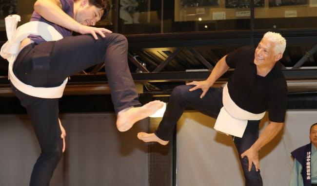 日本の国技、相撲を体験しようという人も。米国人のアンディ・エプスタインさん(54)(右)は相撲発祥の地とされる奈良県葛城市にある「けはや座」を訪れ、本場所と同じ大きさの土俵に上がった