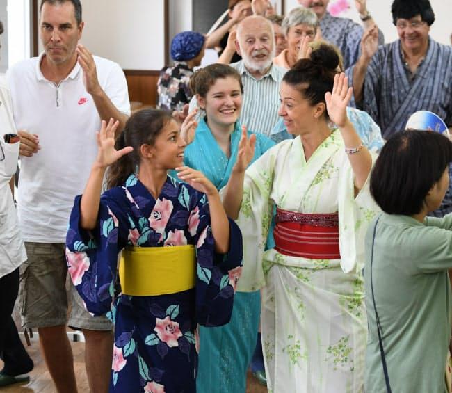 かずら橋体験の後は地元住民と一緒に阿波おどり。アンジェリーナ・ブルメールさん(11)は「きれいな浴衣でみんなと日本らしい体験ができて楽しい」