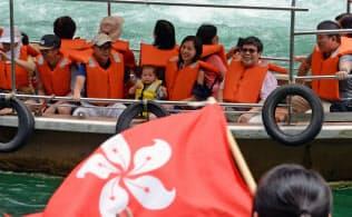 「ルーシャンシャオシン(いってらっしゃい)!」と船着き場のスタッフに見送られ遊覧船で出発する香港からの観光客。大歩危(おおぼけ)峡には連日、外国人観光客を乗せたバスが何台もやってくる(徳島県三好市)