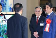 シーテックジャパンで安倍首相(右)を案内する東入来氏(2016年10月)