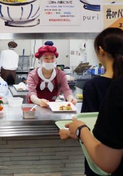 管理栄養士資格を持つ教員らが献立を考案し、学生らが運営に携わる(堺市)