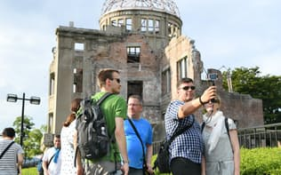 原爆ドームを訪れた外国人観光客(2017年8月、広島市中区)