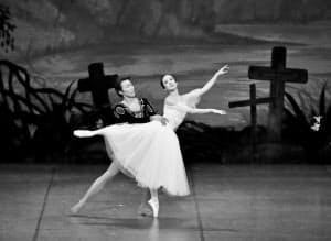 創立80周年記念公演で「ジゼル」を踊る法村珠里(右)=(C)OfficeObana-尾鼻文雄