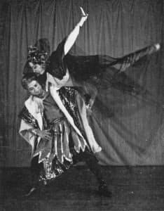 1956年に初演した「赤き死の舞踏」を踊る友井唯起子(右)と法村康之