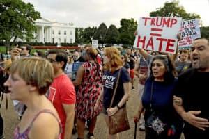 13日、ホワイトハウス周辺で抗議デモに参加した人たち=ロイター