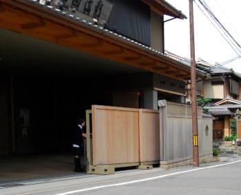 勾配があっても手動でスムーズに稼働する応緑の門扉(祇園辻利本社、京都市)