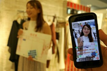 大丸梅田店では中国人が買い物する様子をライブ配信した
