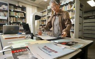 収集した被爆者証言集の電子化を進める「ノーモア・ヒバクシャ記憶遺産を継承する会」のスタッフ(さいたま市)