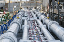 設置工事が完了した、福島第1原発の凍土壁の冷却液を流す配管(2月、福島県大熊町)