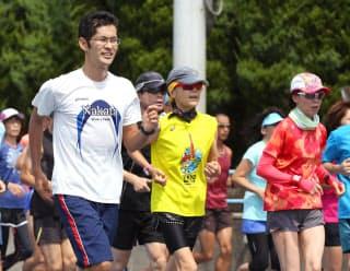 中田(左)は市民ランナーとのロードレースを鍛錬の場に選んだ
