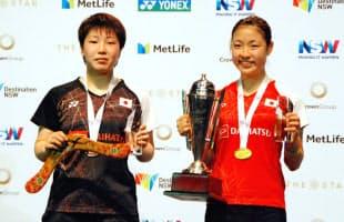 オーストラリア・オープン女子シングルスで優勝した奥原(右)と準優勝の山口=共同